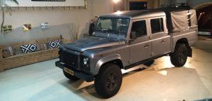 Aart Kok Adventure Land Rover Defender belettering wordt geplaatst
