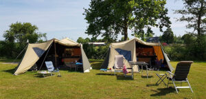 Twee Aart Kok River Lodge vouwwagens op de camping