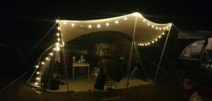Aart Kok Livingstone River Lodge vouwwagen op camping met lampjes